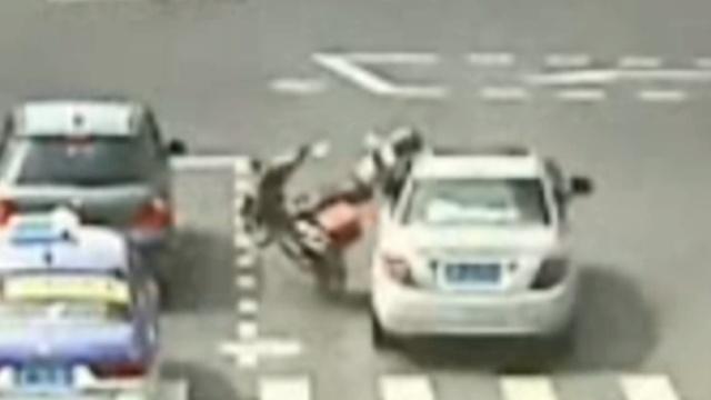 女子无证驾驶撞人,女儿顶包认罪
