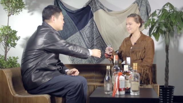 洋美女品味中国白酒,干杯!
