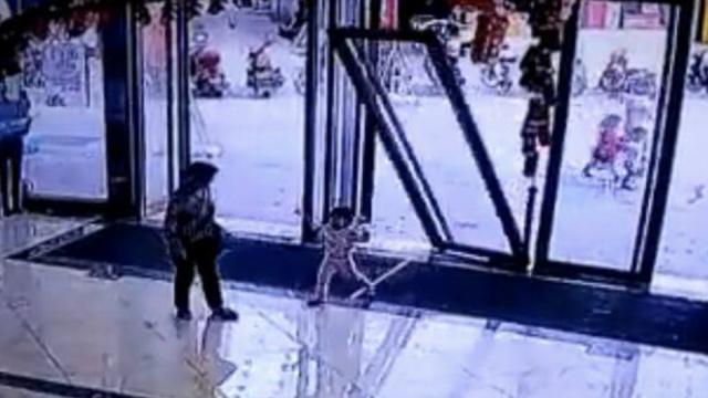 家长伸手没挡住,玻璃门砸伤女童