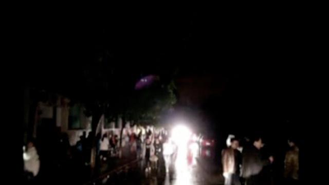 停电的冬夜,老师用车灯为学生照路