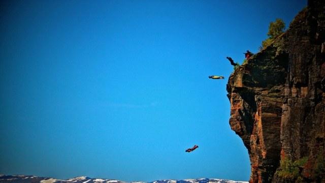 男子边骑摩托边接电话坠落悬崖