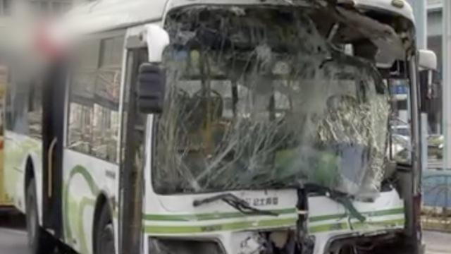 公交车撞墙13人伤,疑因司机捡水杯