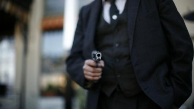 男子持枪抢银行,警报一响撒腿就跑
