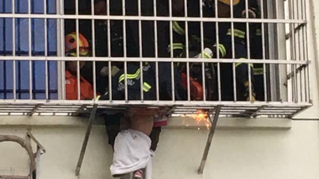 2岁女童被卡4楼防盗网,被消防救出