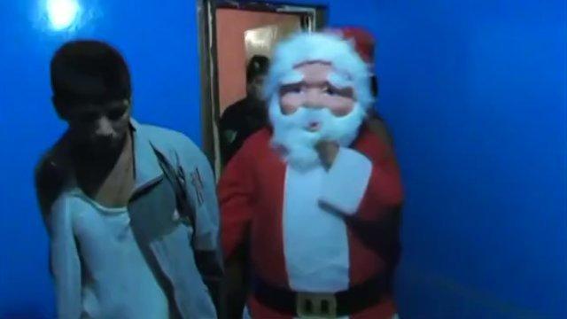 秘鲁警察真会玩,扮圣诞老人抓毒贩