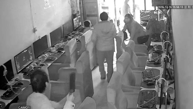 男子网吧持菜刀砍人,民警徒手夺刀