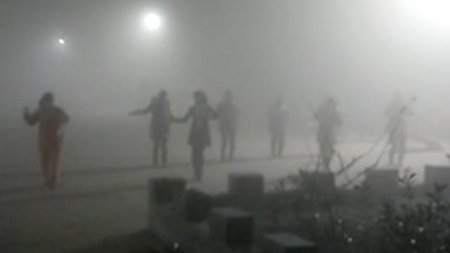 大妈雾霾天跳广场舞,大爷劝阻被骂