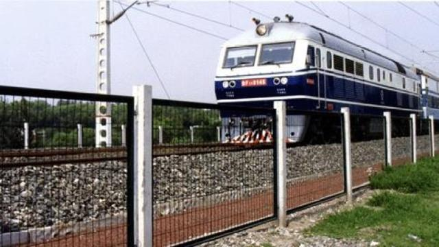 熊孩子追求点击量,直播翻越铁路网