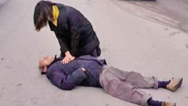 老人倒地昏迷,怀孕女医生跪地抢救