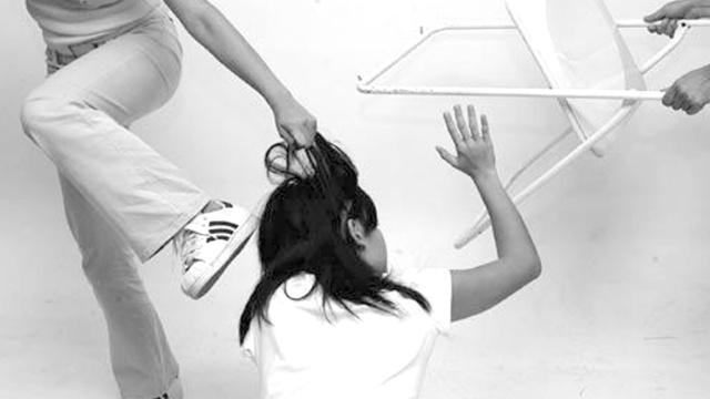 女生被扒衣群殴视频疯传,警方回应