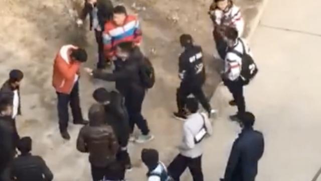 中学生被十余同学围殴,遭皮带猛抽