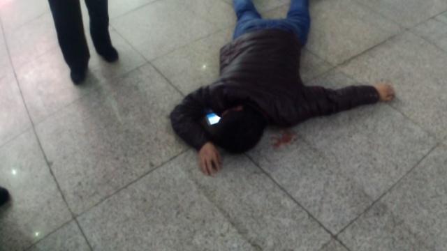 长途太劳累,男子一头倒在火车站厅