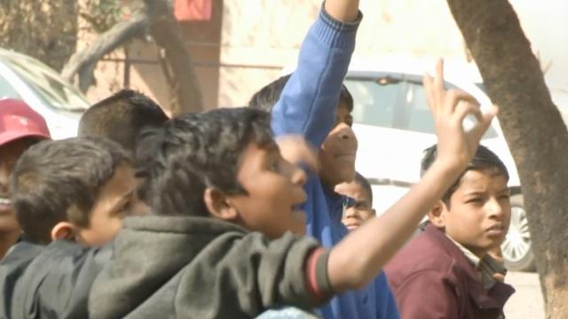 印度六旬老人路边开学校:专教乞儿