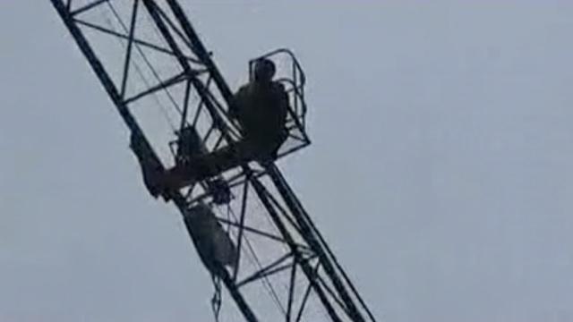一南一北,两男子都选择爬塔吊讨薪
