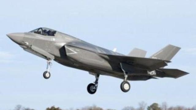 首批F-35B飞抵达日本,针对中国J20