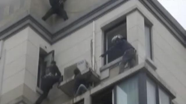 高空对峙27小时,警方徒手夺刀抓贼