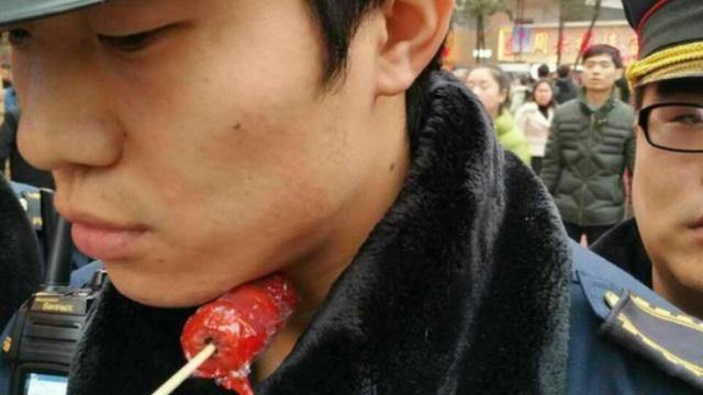 全程监控:重庆城管遭老太竹签刺喉
