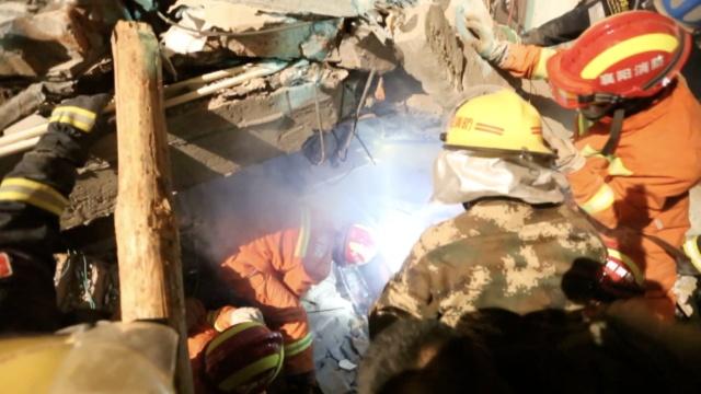 南漳山体崩塌:2人死亡,10人仍被困