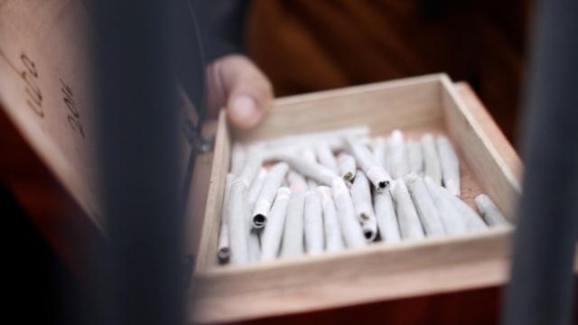 川普就职,这群人当街发大麻并吸食