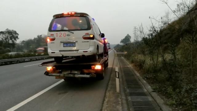 救护车高速路抛锚,拖车