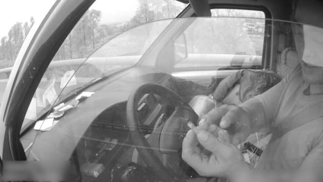司机手里夹支烟睡觉,称烧痛了就醒