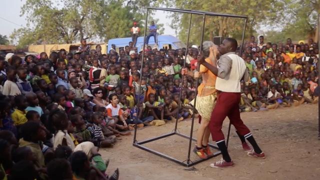 法国舞者非洲送温暖,有的舞看不懂
