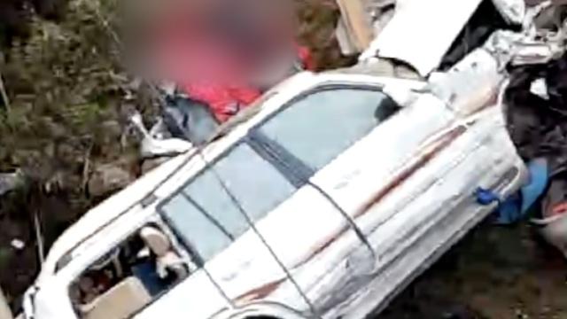 紧急救援!渝昆高速4车碰撞5人死亡