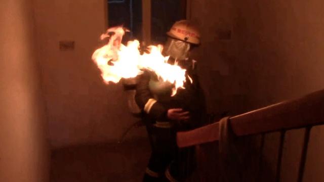 勇敢!消防员抱喷火煤气罐连下七楼