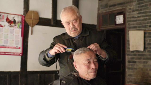古董级理发师涨价百倍 顾客仍爆满
