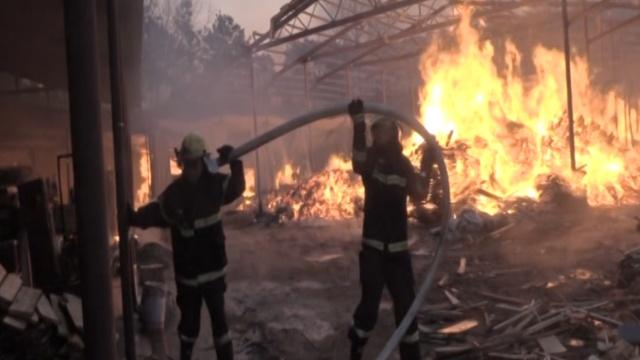消防灭木材厂冲天大火,挖机来帮忙