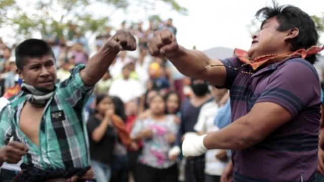 墨西哥一小城,用打架来庆祝节日