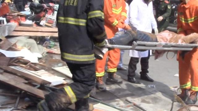 泉州一超市坍塌,消防徒手刨出女子