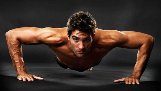 国外健身牛人神演绎:飞跃式俯卧撑
