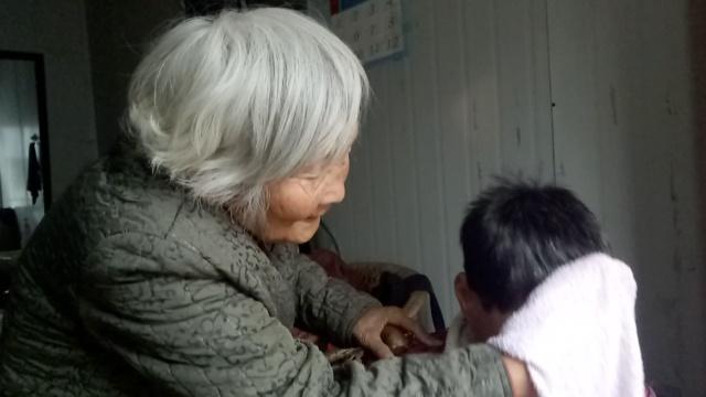 她87岁照顾脑瘫女儿53年:想听喊妈