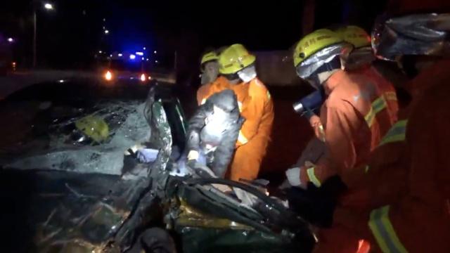 出租车撞上轿车:车体变形,的哥被困