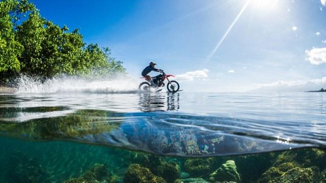 艺高人胆大,骑摩托车去冲浪