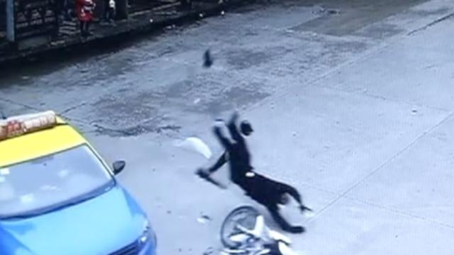 监拍:出租车急接客,撞飞直行交警