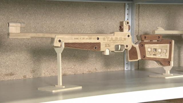 战斗民族的娃,连玩具枪都这么逼真