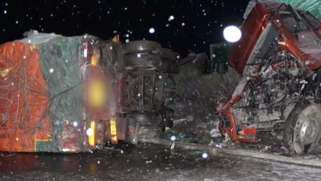 春雪纷飞高速路滑,10车连撞1人伤