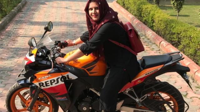 她骑着一辆摩托车,打破了刻板印象