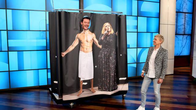 卢克裹着浴巾,演唱阿黛尔精彩曲目
