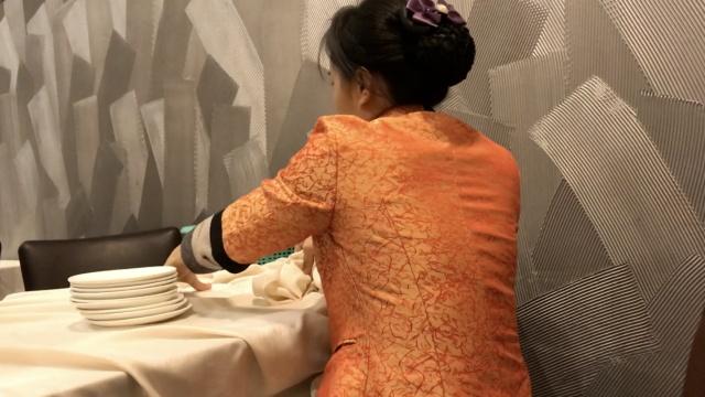 酒店竟用桌布擦餐具!经理:这算好的