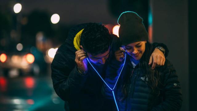 跟着音乐闪烁的耳机:夜跑最适合