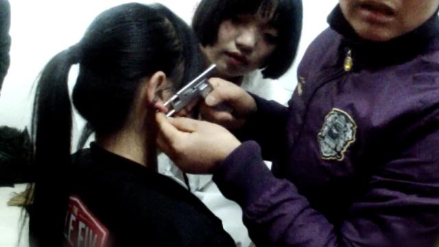 女生打耳钉被枪