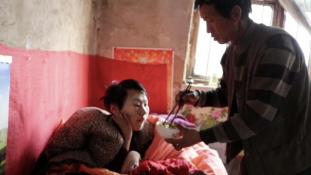 20岁女孩患病卧床,每天读书写日记