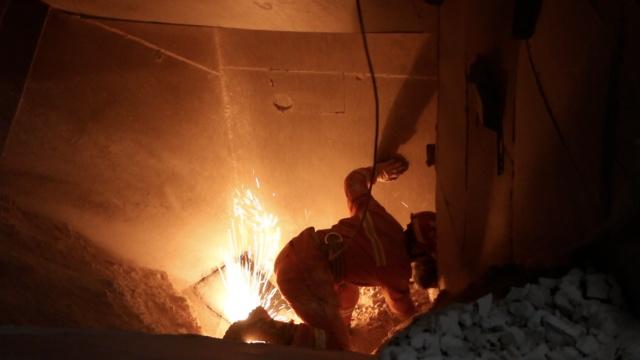 工人掉进碎石机,消防跪地营救