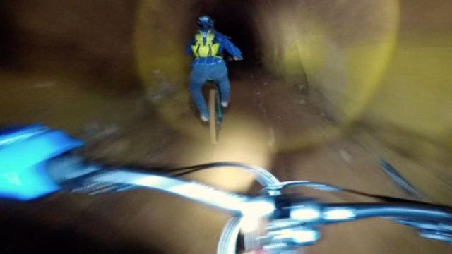 山地自行车手挑战废矿道技巧高超!