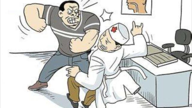 醉酒男跳楼受伤,就医殴打医生&保安