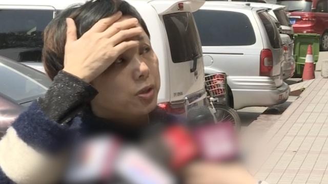 女子存钱出银行后,遭2男子持刀抢劫