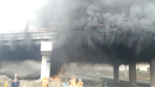 实拍:高速桥面黑烟滚滚,车辆难通行